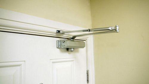 Доводчики входных дверей: автоматический и пружинный для межкомнатных, фото и как выбрать, технические характеристики
